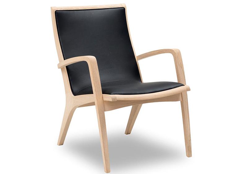 Klassisk egetræsstol med sort læder