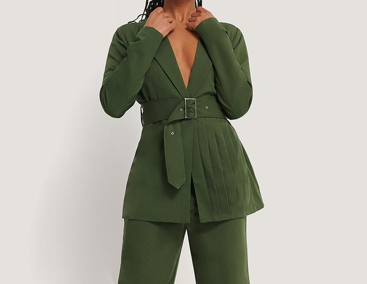 Detaljeret 70'er inspireret jakkesæt til kvinder