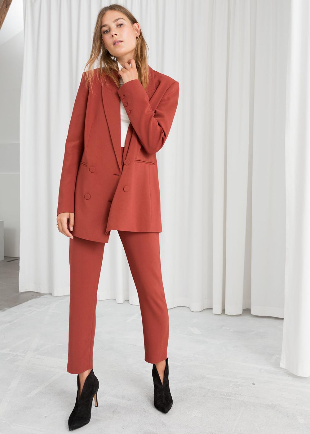 Smuk jakkesæt i varme farver til kvinder