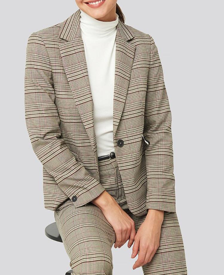 Ternet jakkesæt i jordfarver