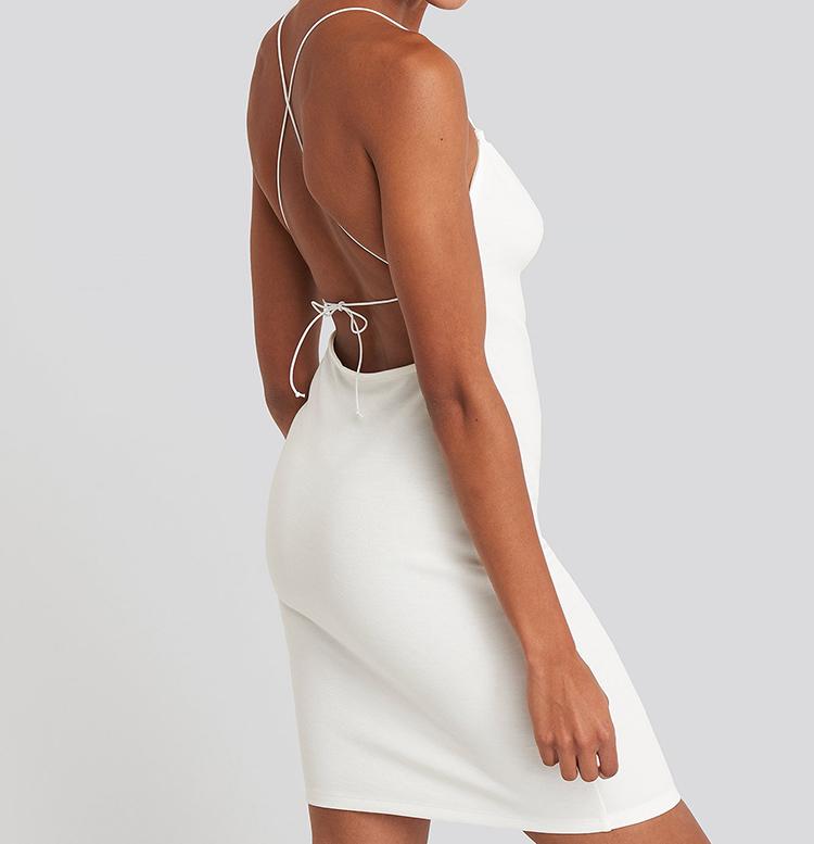 Flot hvid sommerkjole med åben ryg