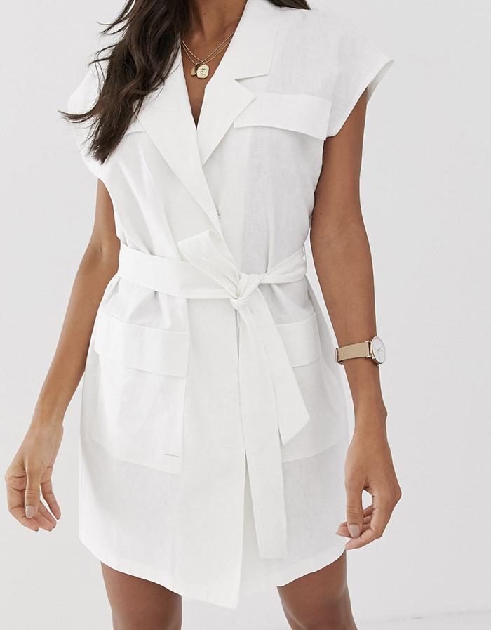 Hvid sommerkjole med klassisk snit