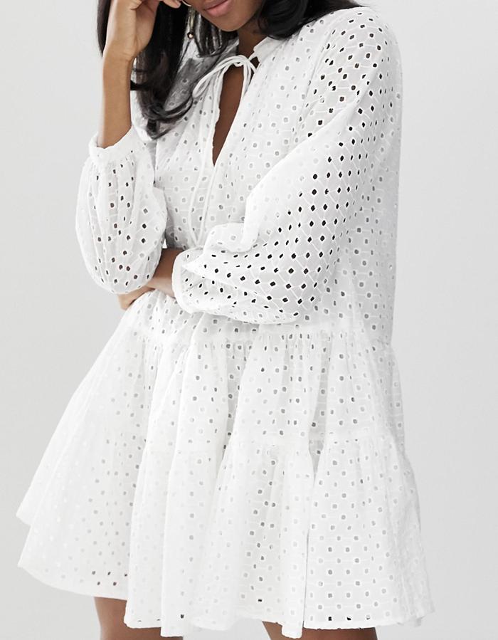Løs hvid sommerkjole med flotte huller