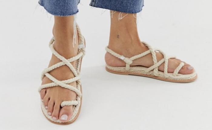 Naturlige sandaler med snørre