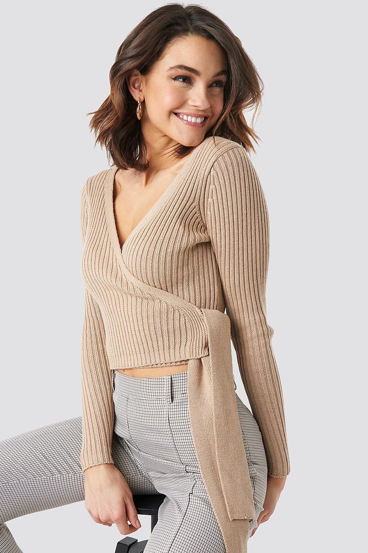 Smuk slå-om bluse i lækker tynd strik