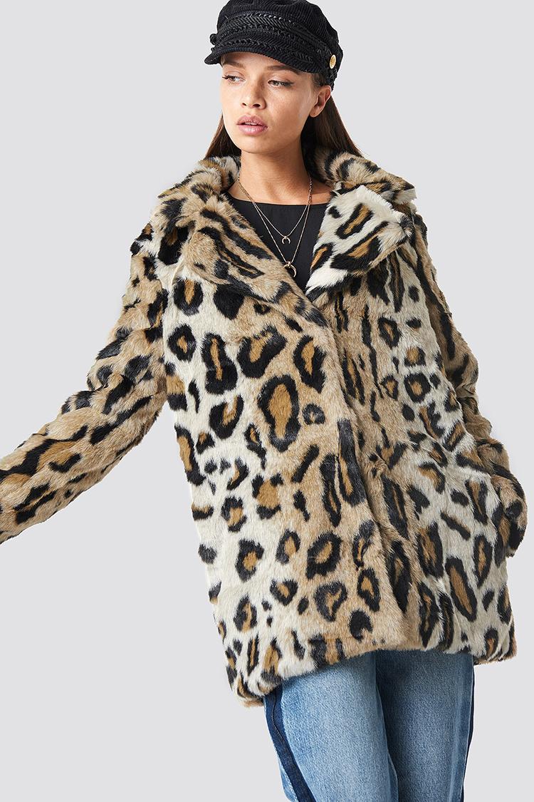 Varm leopardjakke der tager efteråret med storm