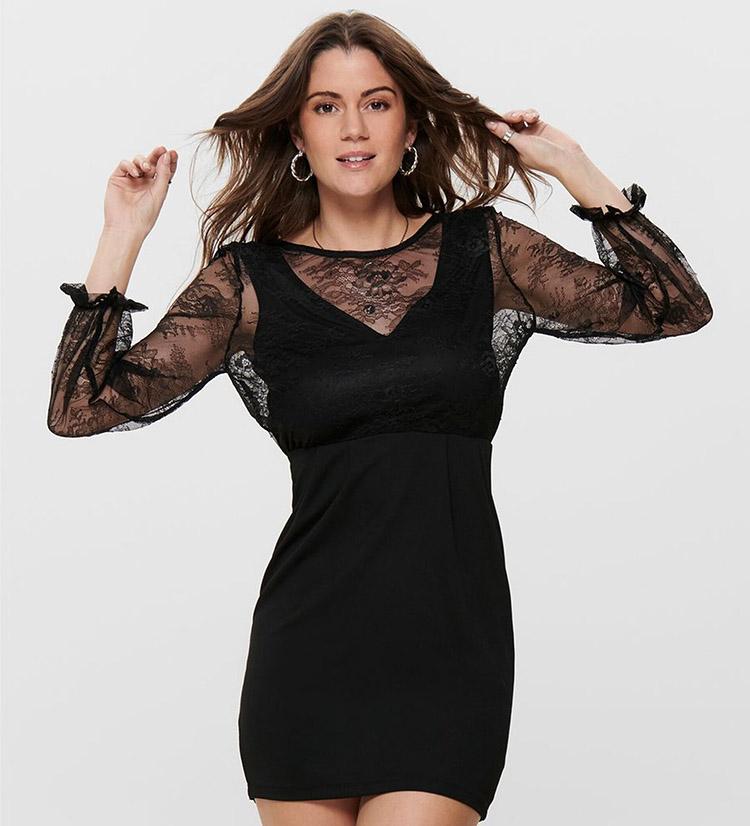 Skøn sort nytårskjole med romantiske blonder