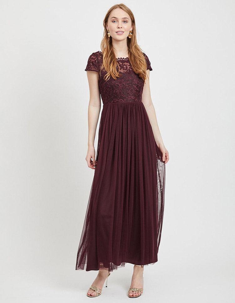 Smuk mørkerød kjole med blonder