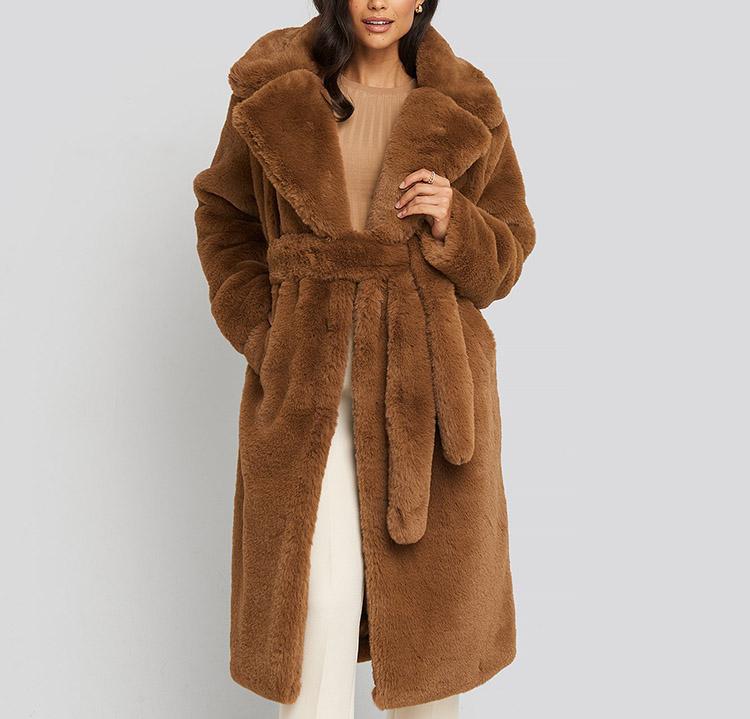 Lang brun frakke i kunstpels