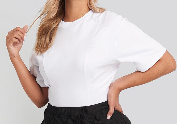 Elegant hvid t-shirt med fin talje