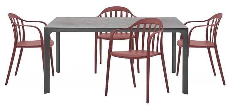 Lækkert spisebordsarrangement af billige havemøbler