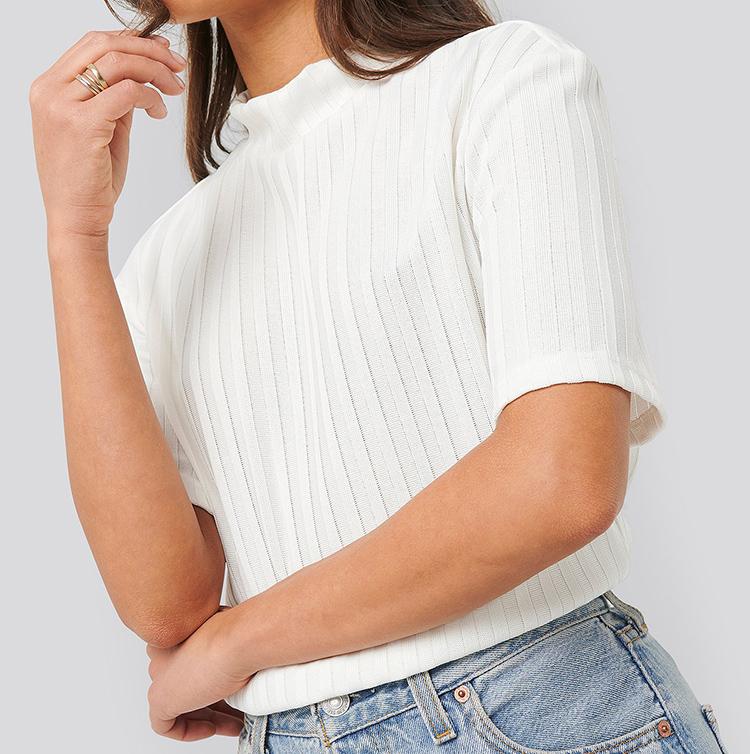 Sød hvid t-shirt med høj krave