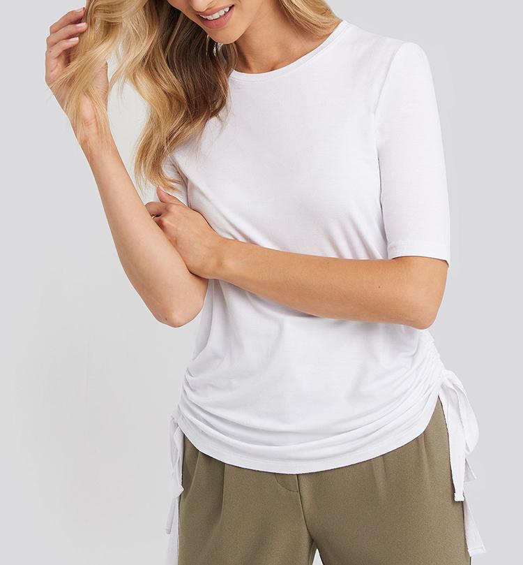 Sød hvid t-shirt med lækre detaljer