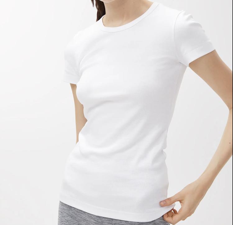 Tætsiddende hvid t-shirt med rund udskæring