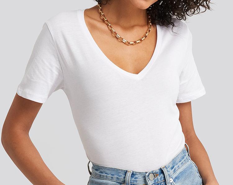 Tætsiddende t-shirt med v-udskæring