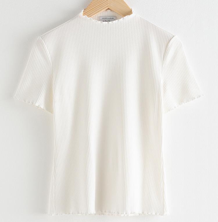 Yndig hvid t-shirt til kvinder i romantisk stil