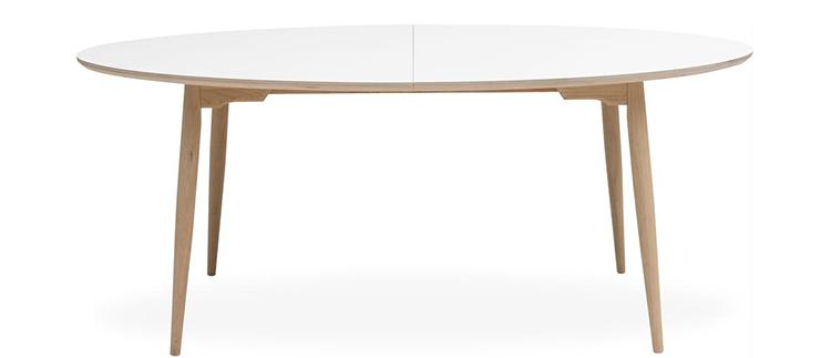 Det ovale spisebord i træ