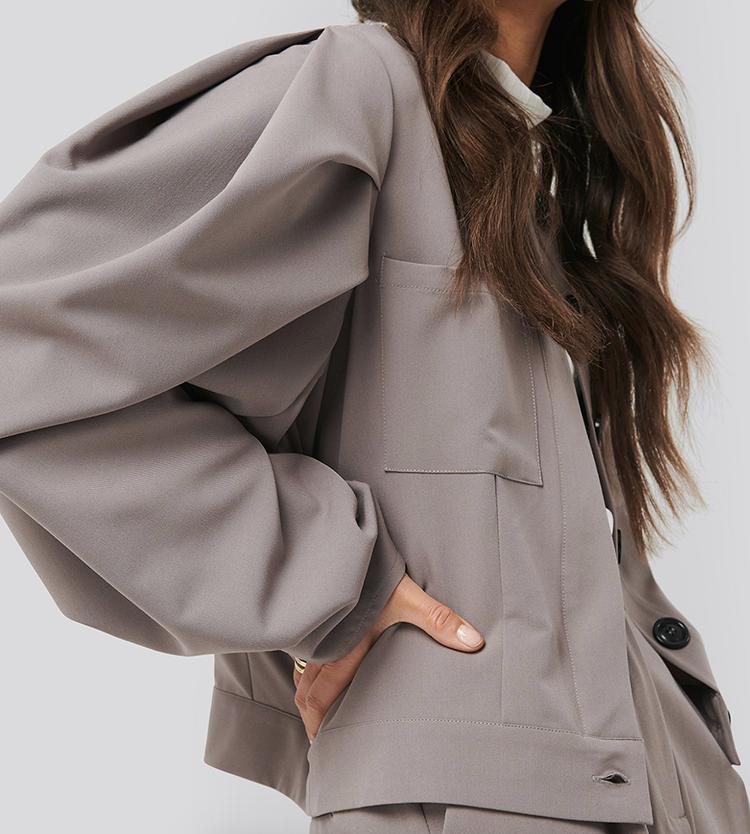 Kort sommerjakke i grå-brun farve