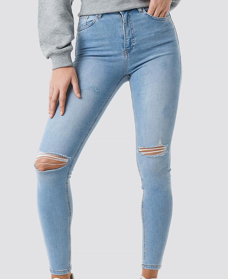 Lyseblå skinny jeans med hullede knæ