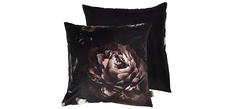 Mørk pyntepude i velour med rosenprint
