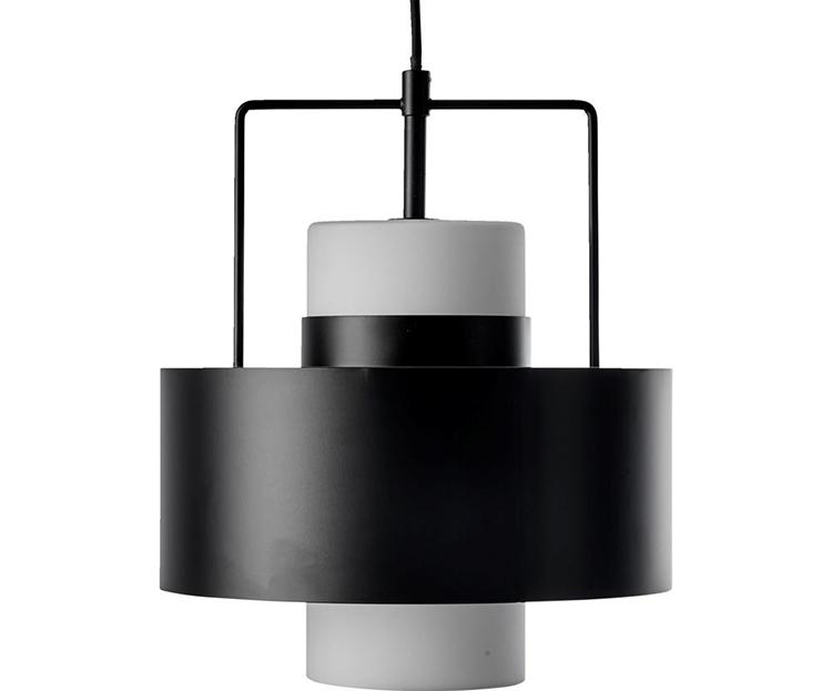 Minimalistisk og kunstnerisk lampe med sort stel
