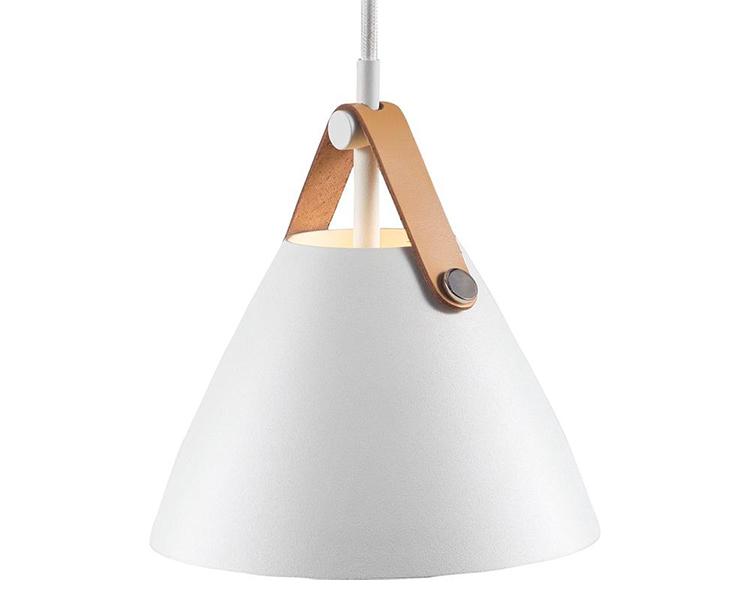 Moderne hvid lampe med detaljer i læder