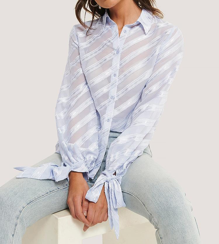 Anderledes lyseblå skjorte med striber