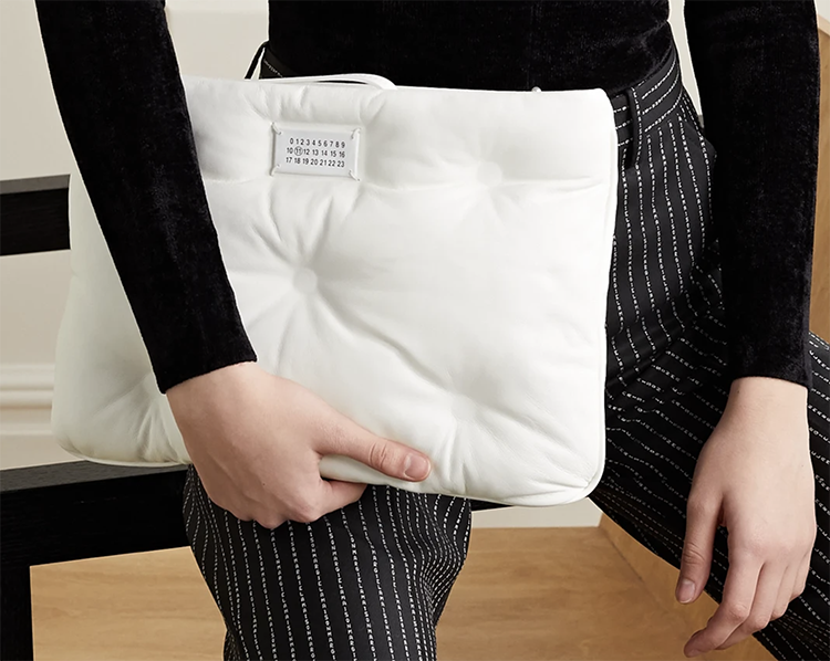 Blød hvid pillow bag fra Maison Margiela