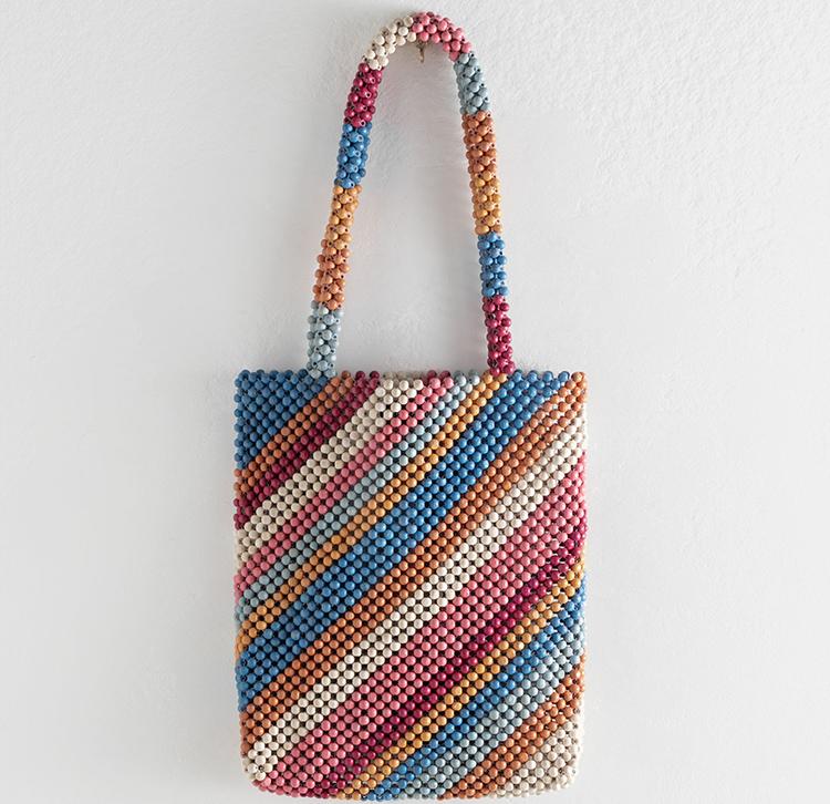 Farverig taske lavet af smukke træperler