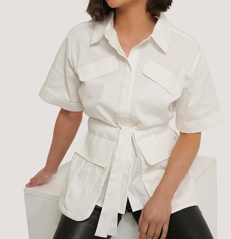 Kortærmede hvid skjorte med taljebældte