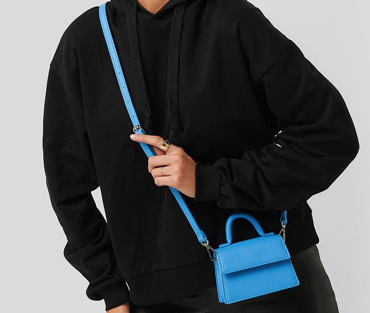 Lækker blå minitaske med crossbody strop