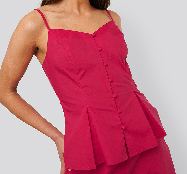 Pink sommertop med knapper og tynde stropper