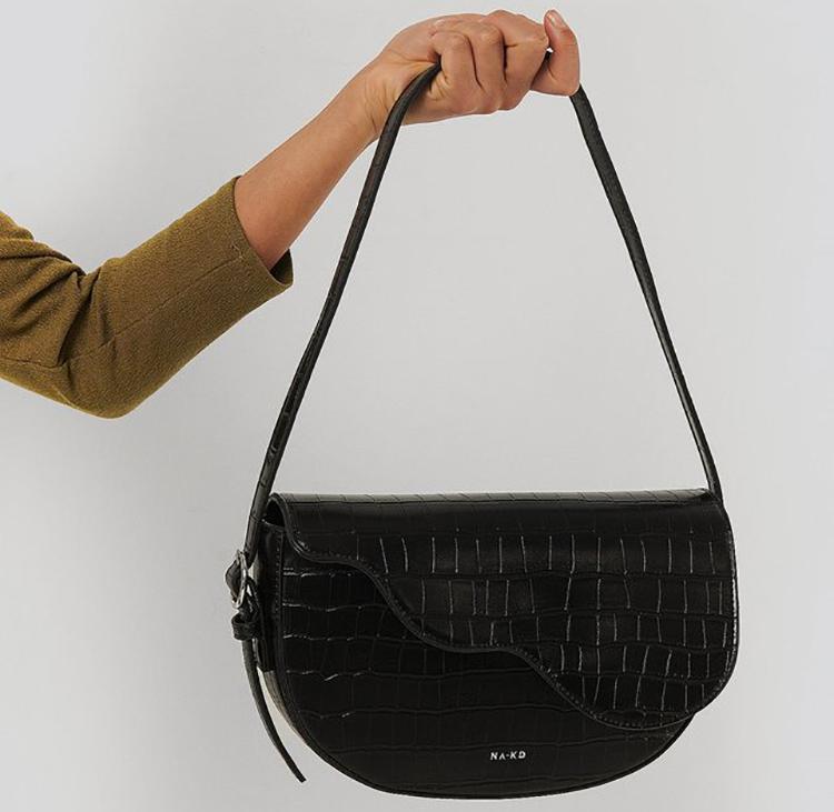Sort Saddle Bag i præget kunstlæder