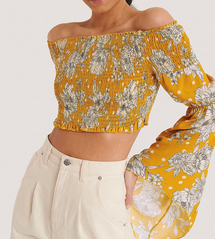 Spanskinspireret off-shoulder bluse i gult mønster