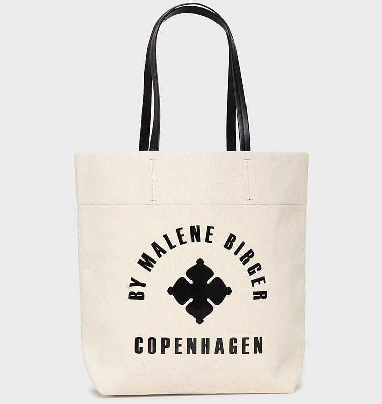 tote taske i lys canvas, med sort skrift