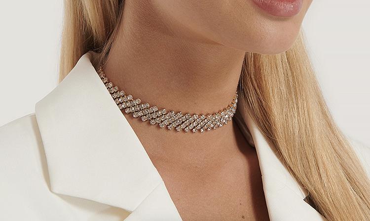Choke halskæde med perler og gulddetaljer
