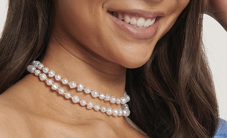 Choker halskæde med perler og gulddetaljer