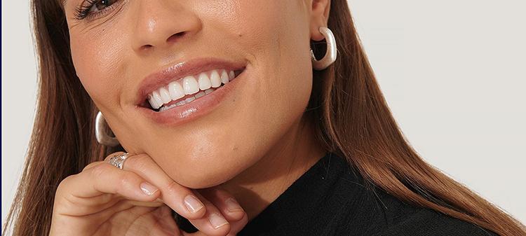 Elegante og anderledes øreringe i børstet sølv