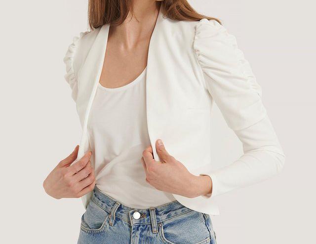 Kort hvid blazer med folder i skulderne