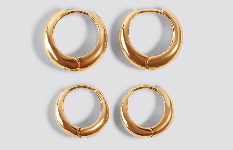 Sæt af øreringe i guld med synlig lukning
