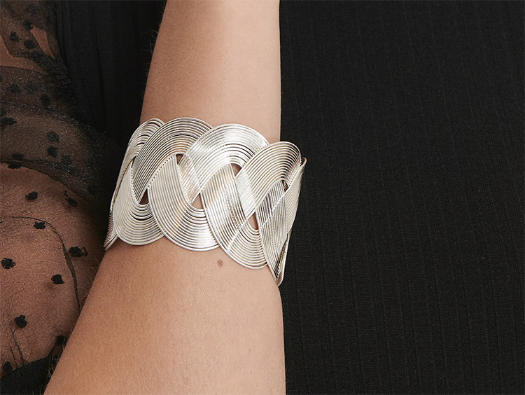 Bredt justerbart sølvarmbånd i flettet design