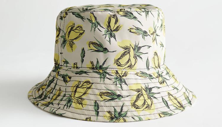 Anderledes Bøllehat med gult blomsterprint