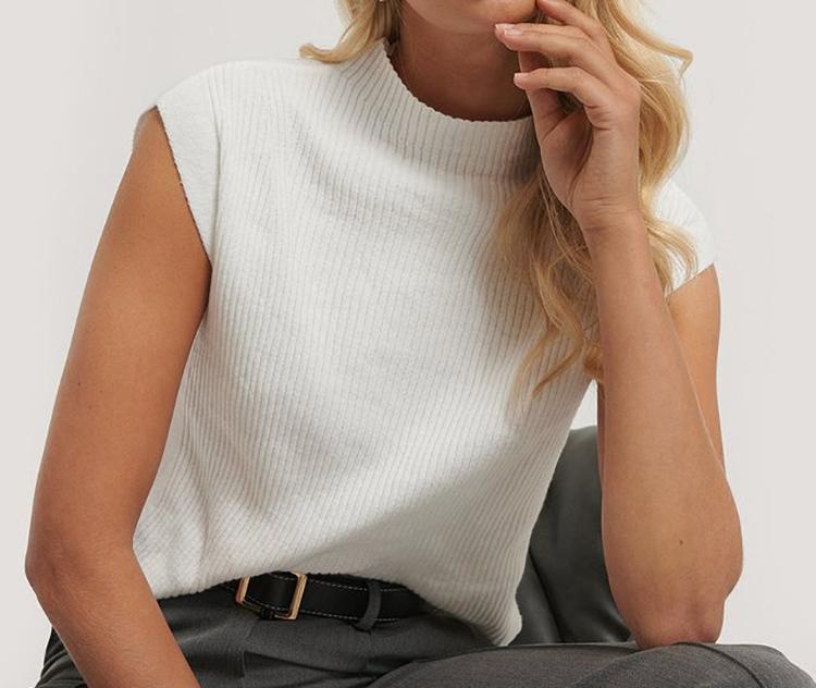 Blød kortærmet trøje i hvid strik