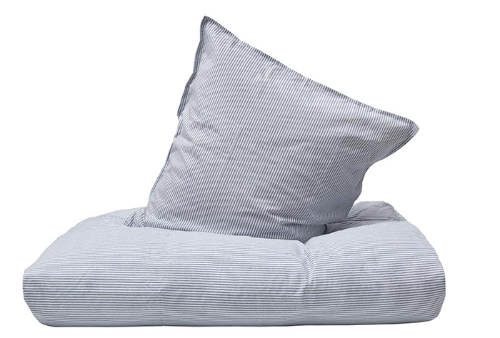 Blødt blå stribet sengetøj
