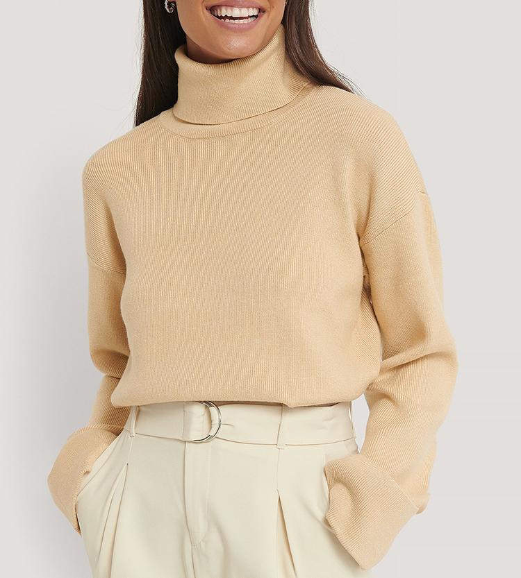 Elegant trøje med høj hals i beige strik