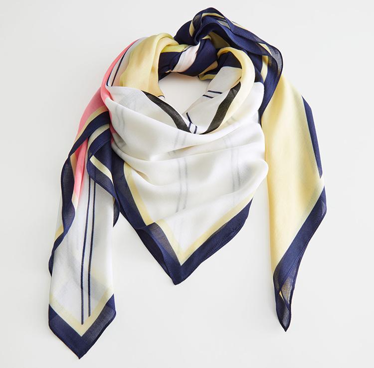 Fedt tørklæde med grafisk mønster