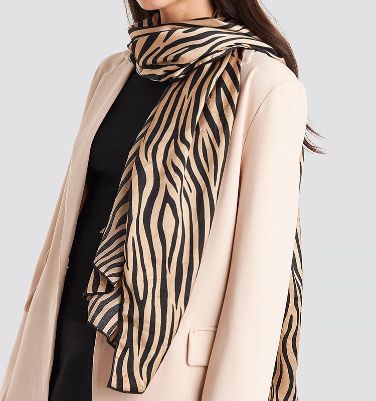 Fedt tørklæde til damer med zebrastriber