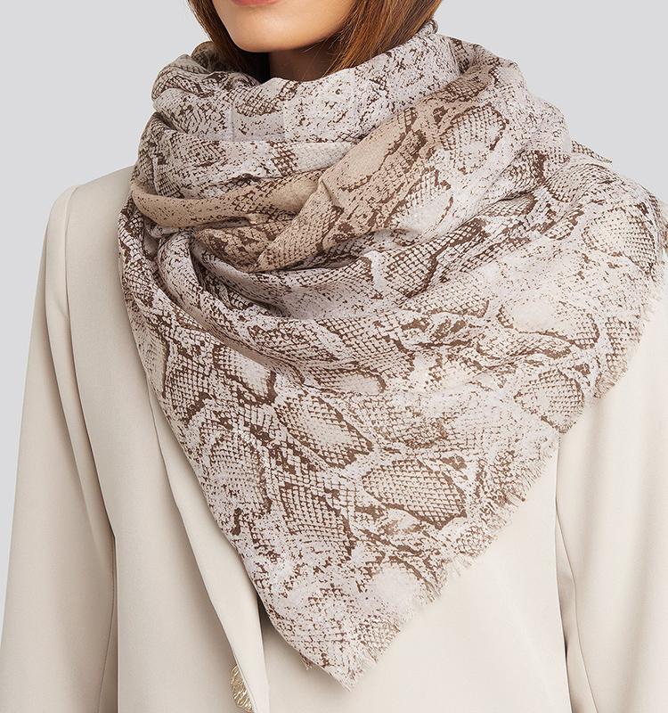 Fedt tyndt tørklæde med slangeprint