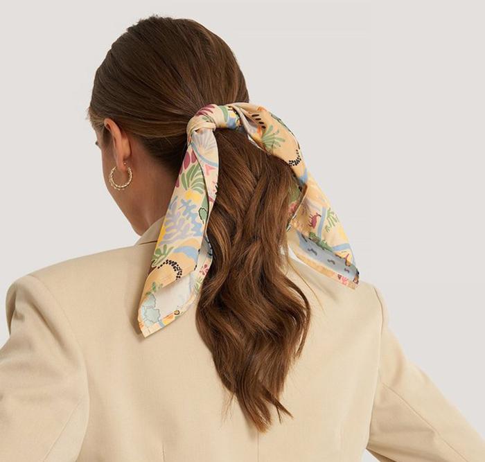 Flot tørklæde med feminint hawaii print