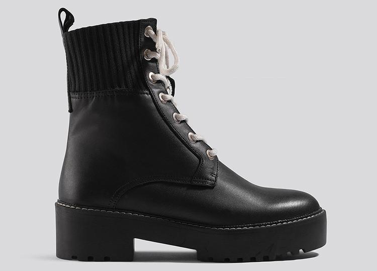 Militærinspirerede flade støvler med hvide snørebånd